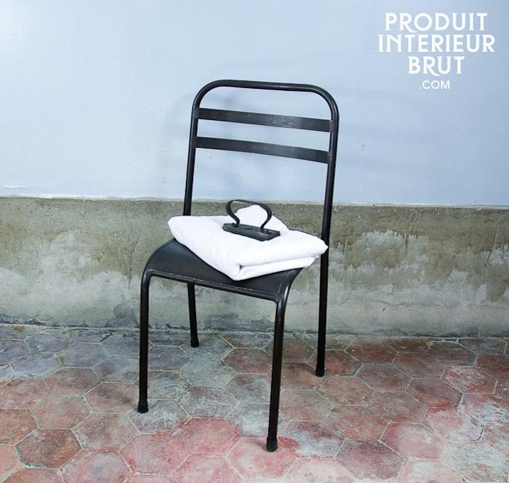 Chaise métallique brune empilable de chez Produit Intérieur Brut