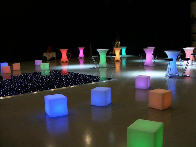 Décoration avec des meubles lumineux led multicolores pour un événement.
