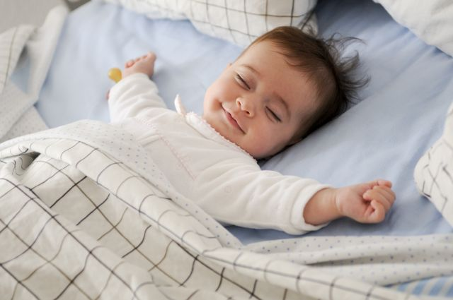 bébé souriant qui dort